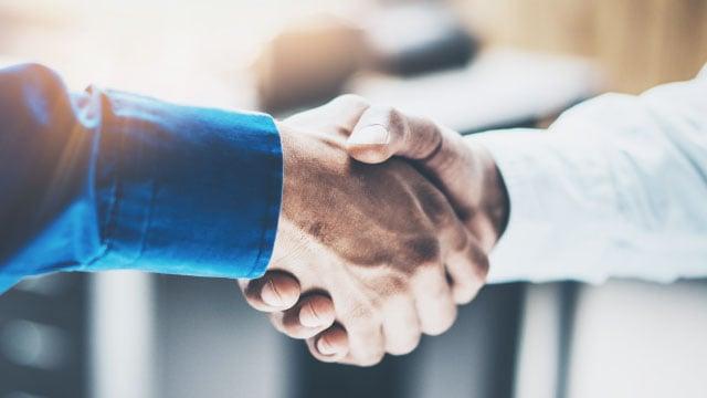 businessmen shaking hands-640x360