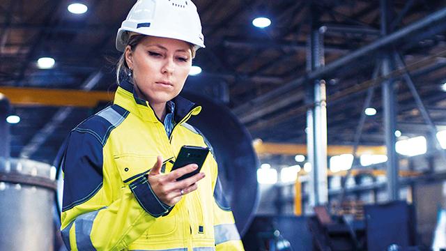 worker-using-app-640_360_.jpg