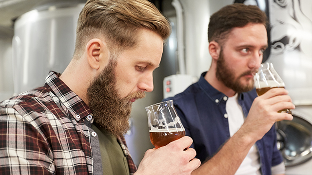 two men drinking beer tasting640 360