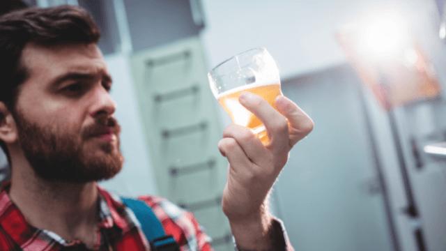 Man beer glas 640x360