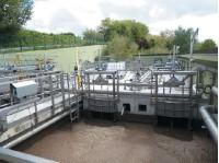 Сооружения биологической очистки. На переднем плане – биореактор, за ним – мембранное отделение