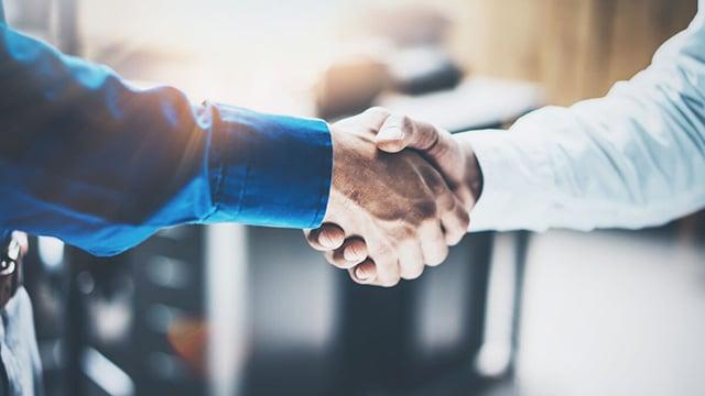 businessmen shaking hands 640x360