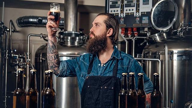 man_with beer_bottles_640x360_.jpg